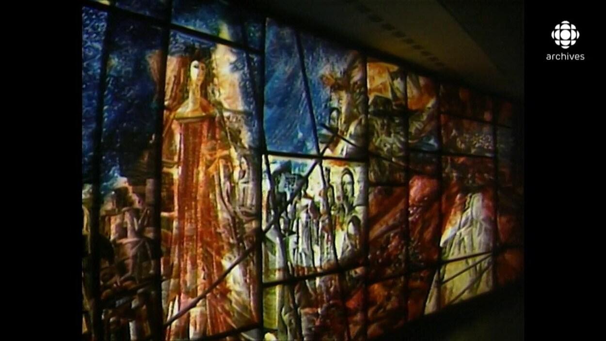 Murale vitrée aux couleurs chaudes illustrant l'histoire de la musique à Montréal
