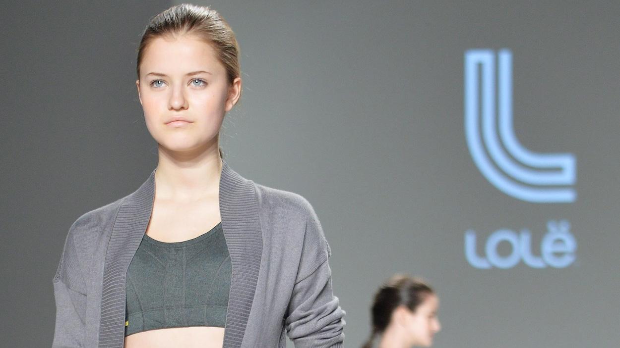 Une mannequin porte des culottes courtes et un soutien-gorge sur la passerelle.