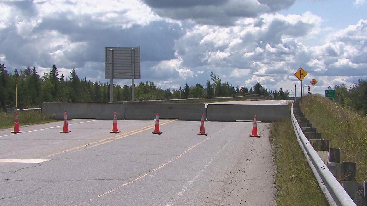 La viaduc restera fermé pour une durée indéterminée. Des blocs de béton ont été mis.
