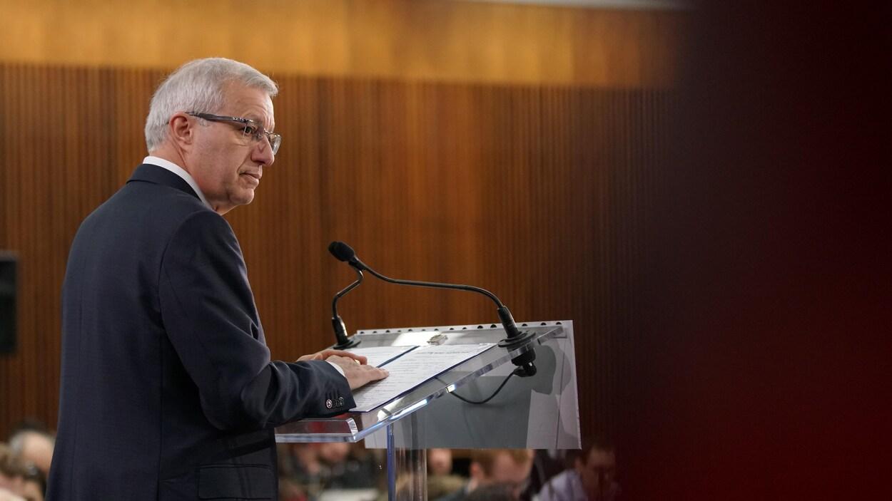 Vic Fideli, devant un podium, présente le premier budget du gouvernement Ford.