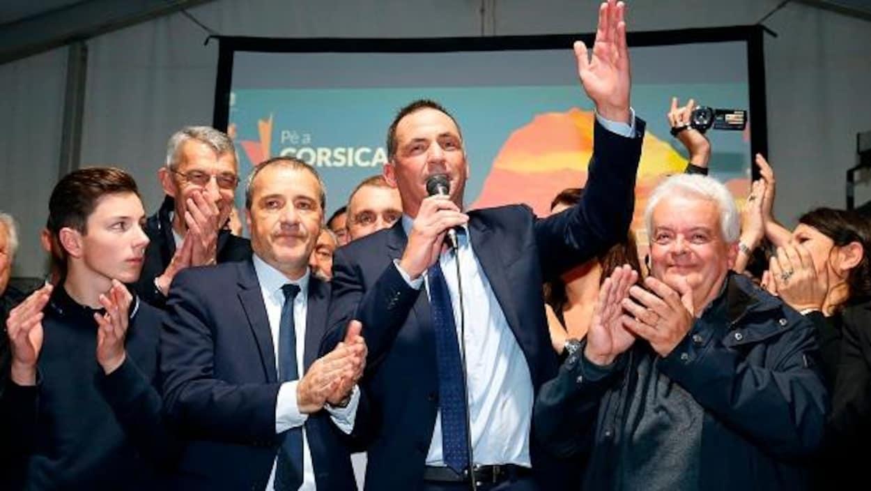 Gilles Simeoni, chef de file des autonomistes (au milieu) fête sa large victoire dimanche au second tour des élections territoriales dans l'île.