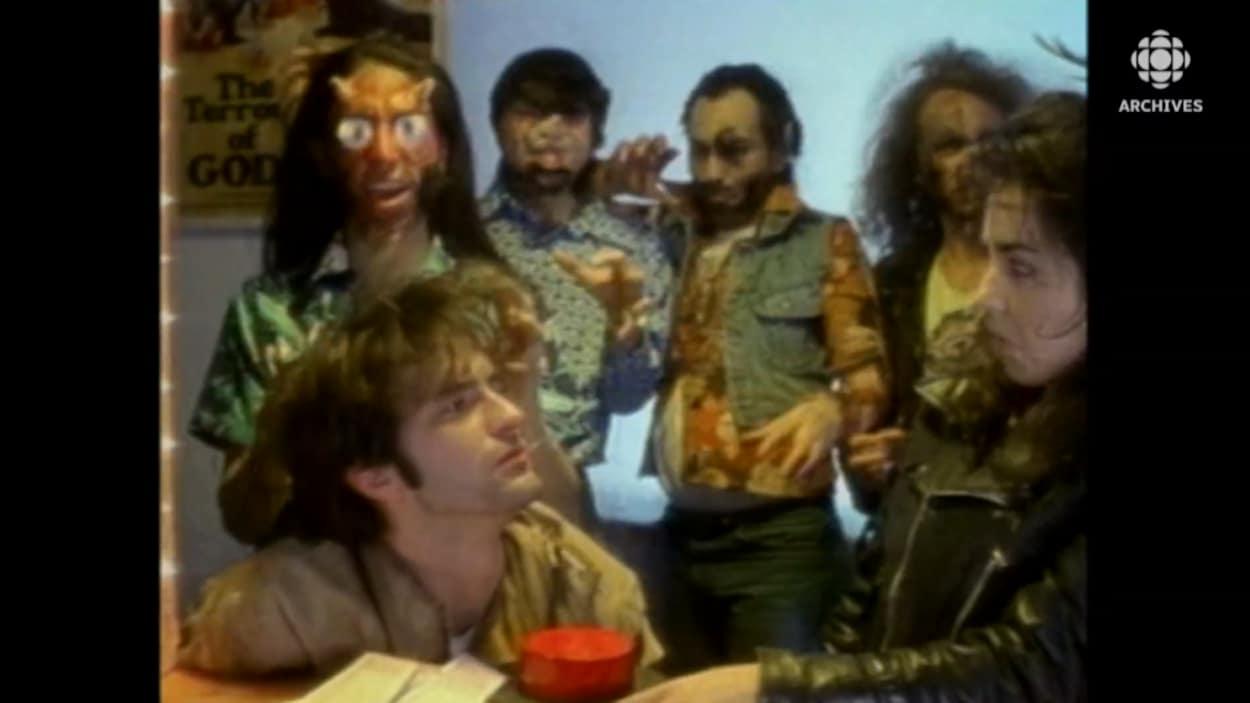 Les membres des Colocs déguisés dans un vidéoclip.