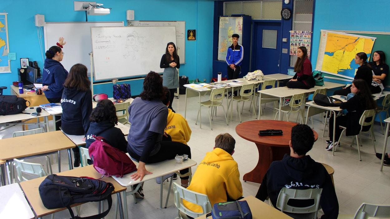 Un groupe de jeunes de l'école Henri-Bourrassa à Montréal-Nord écoutent leur animatrice de vie spirituelle et d'engagement communautaire.