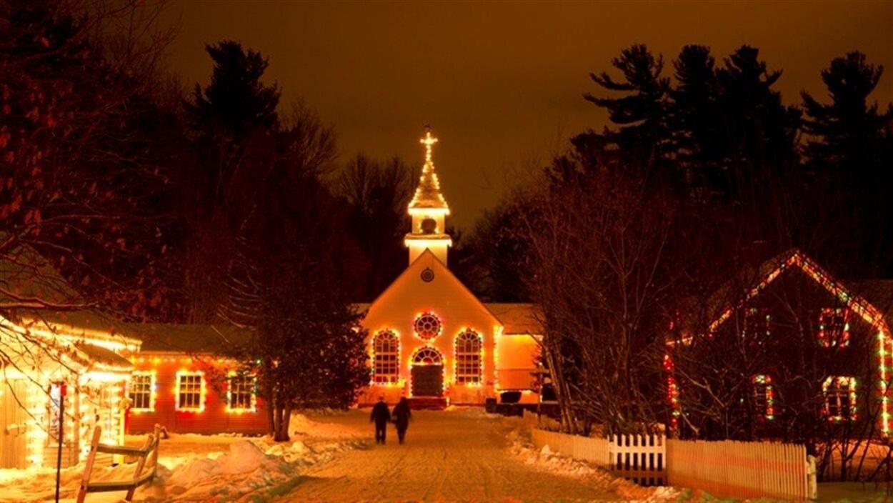 Église illuminée au Village québécois d'antan de Drummondville