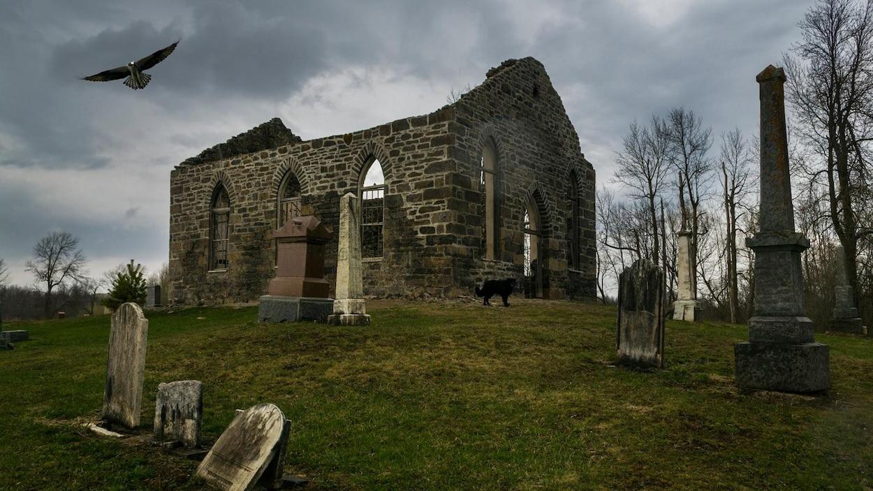 Une église en ruine dans un cimetière.