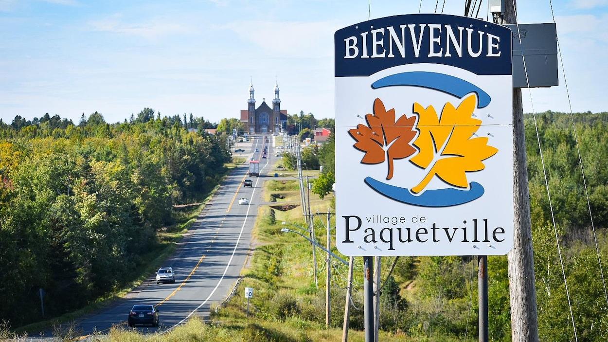 Un panneau de bienvenue au village de Paquetville.