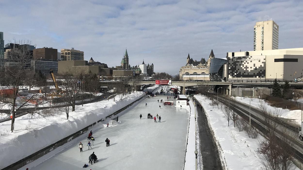 Des gens qui patinent sur le canal Rideau.
