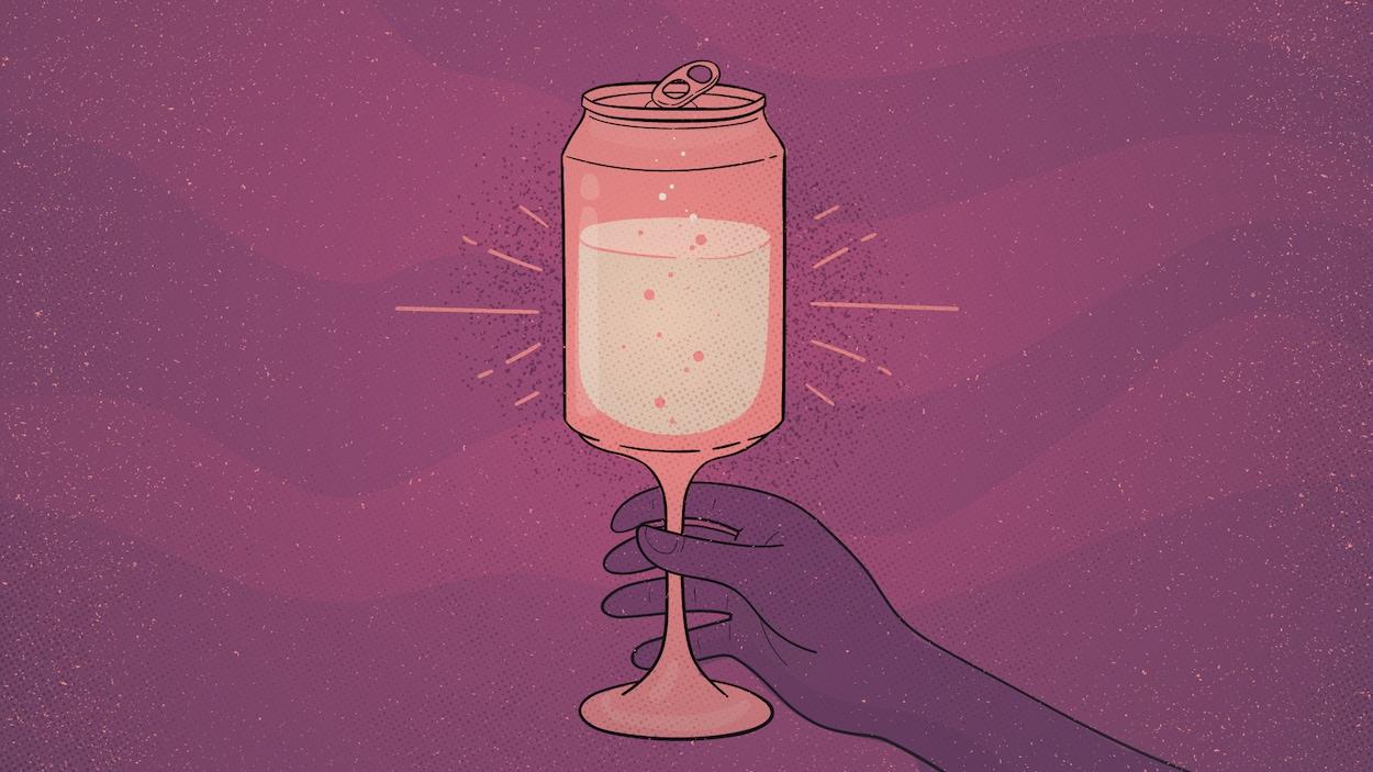 Une coupe de vin qui prend la forme d'une canette, dans laquelle se trouve du vin blanc pétillant.