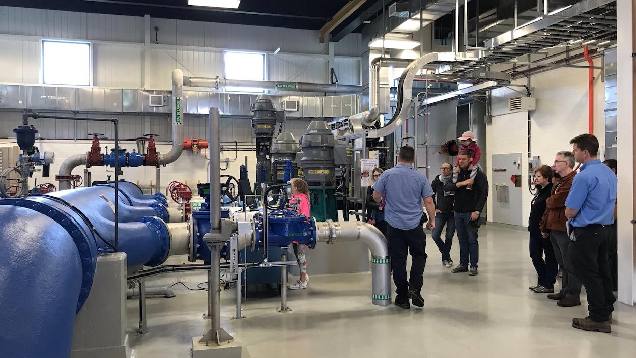 Des visiteurs dans la station d'épuration des eaux.