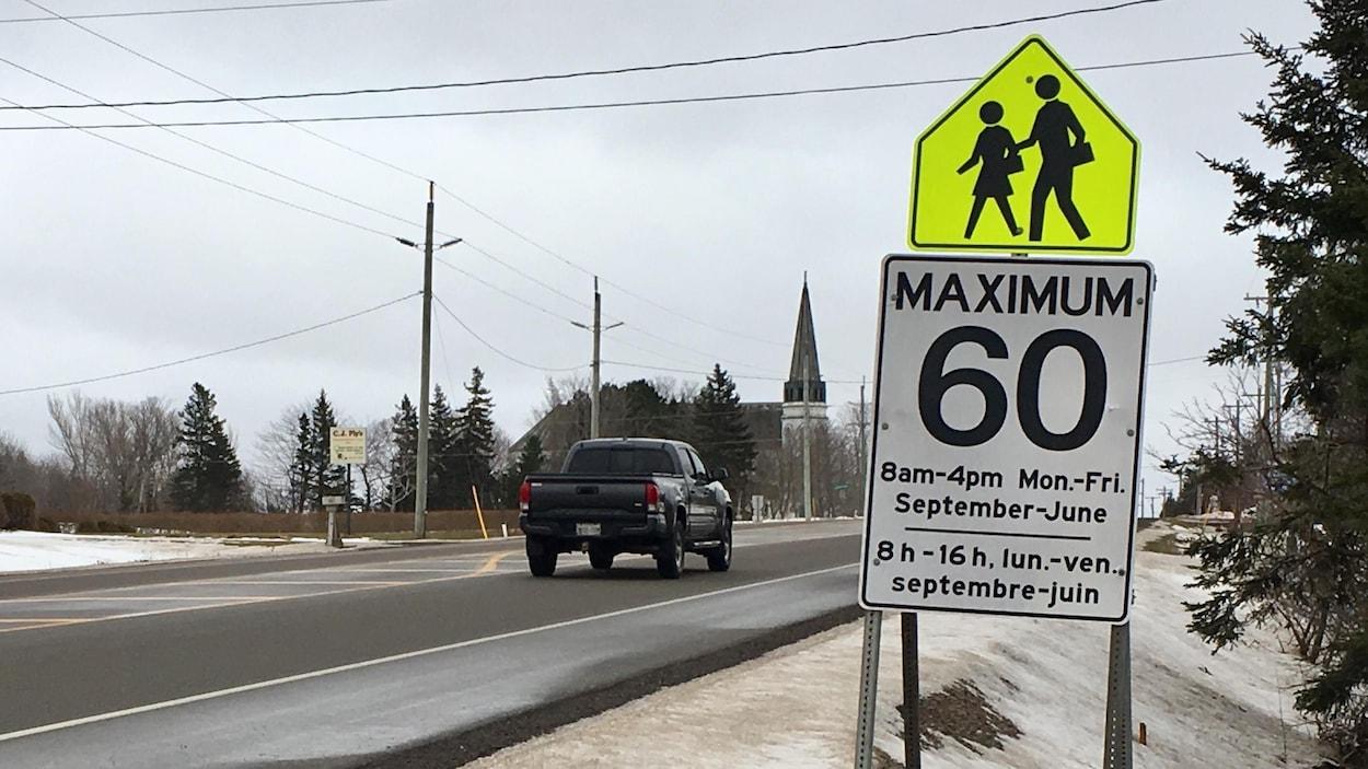 La zone scolaire de l'école La-Belle-Cloche, à l'Île-du-Prince-Édouard, est délimitée par des panneaux de signalisation. La limite de vitesse y est réduite de 90 km/h à 60 km/h.