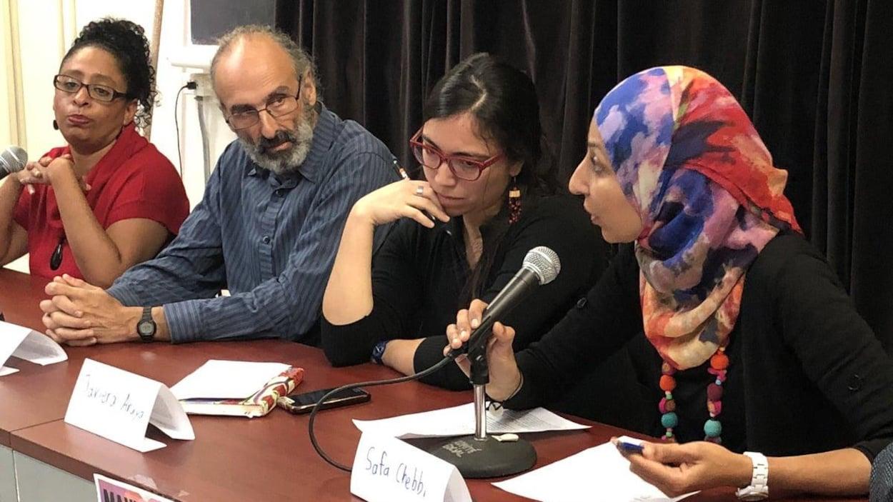 Les quatre militants assis à une table.