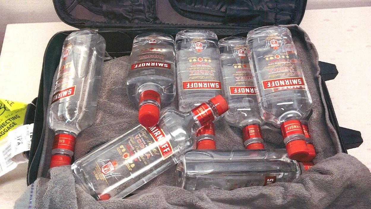 Sept bouteilles de vodka.