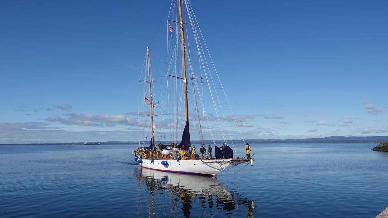 Le navire n'est plus qu'à quelques mètres du quai.