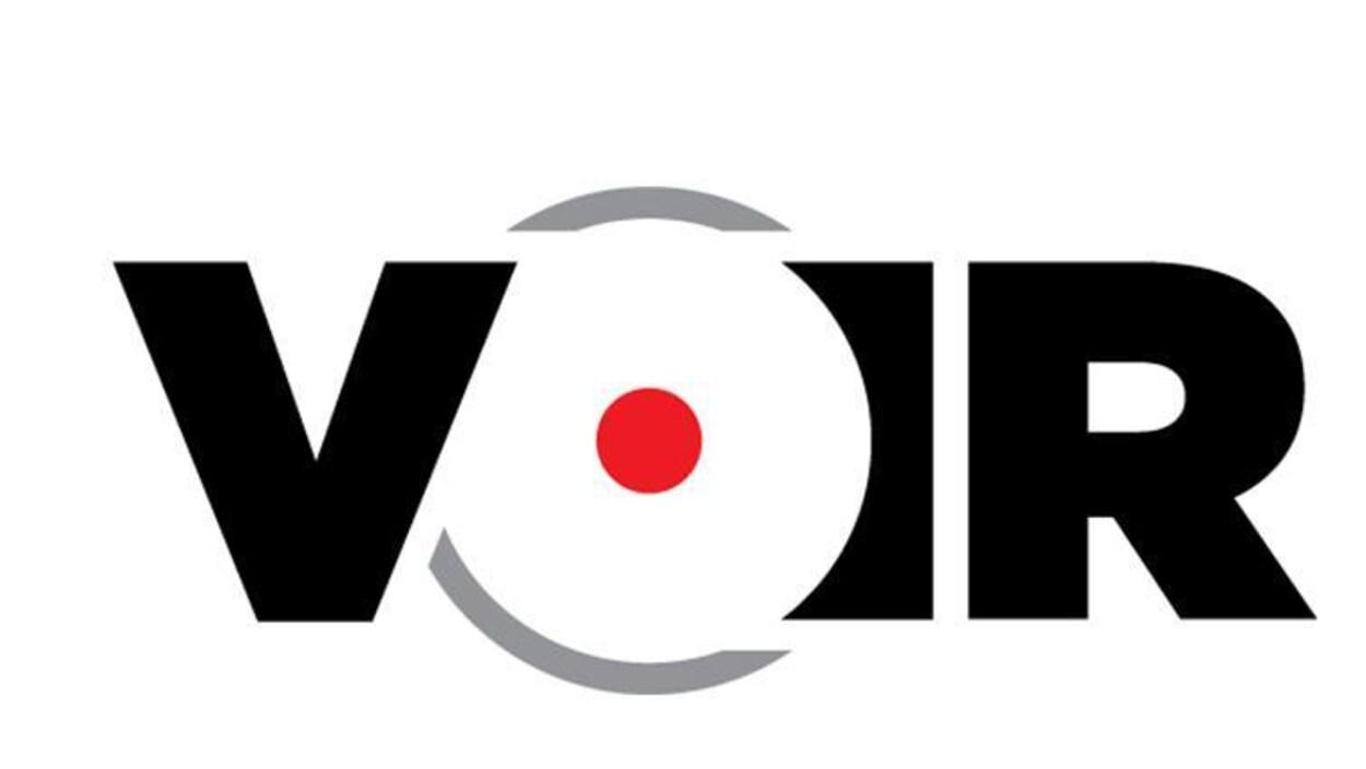 Le logo du magazine Voir, constitué de noir, de rouge et de gris.