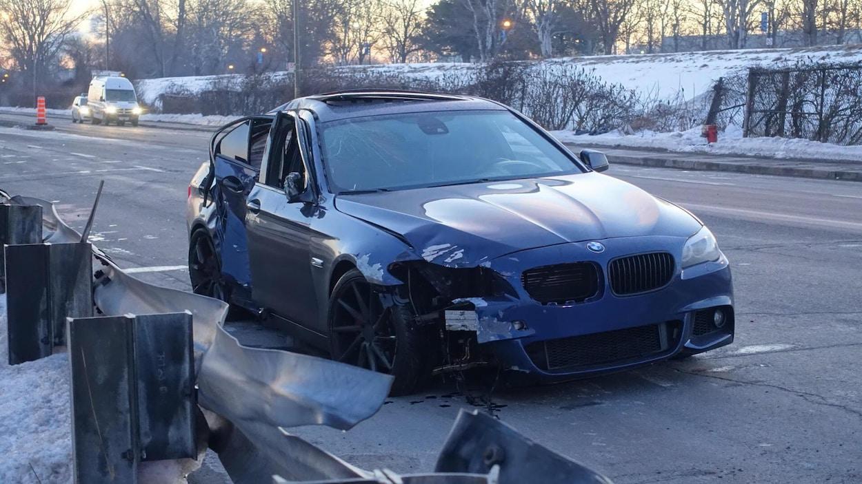 La voiture à bord de laquelle se trouvaient quatre personnes. L'une des passagères a été tuée.