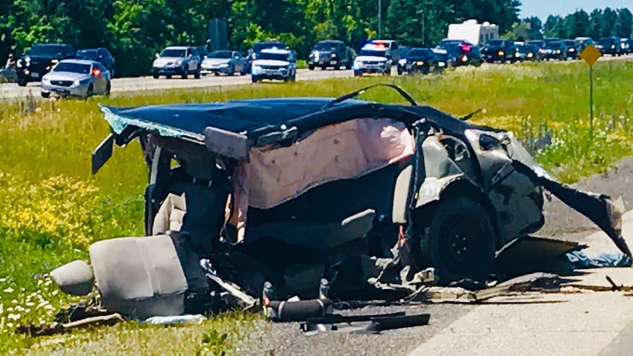 La carcasse d'une voiture après un impact violent en bordure de l'autoroute 417.