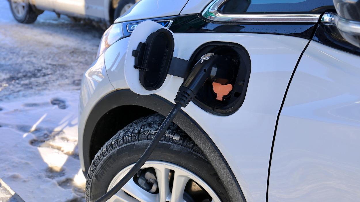 Une Chevrolet Bolt l'hiver, lors d'une recharge.