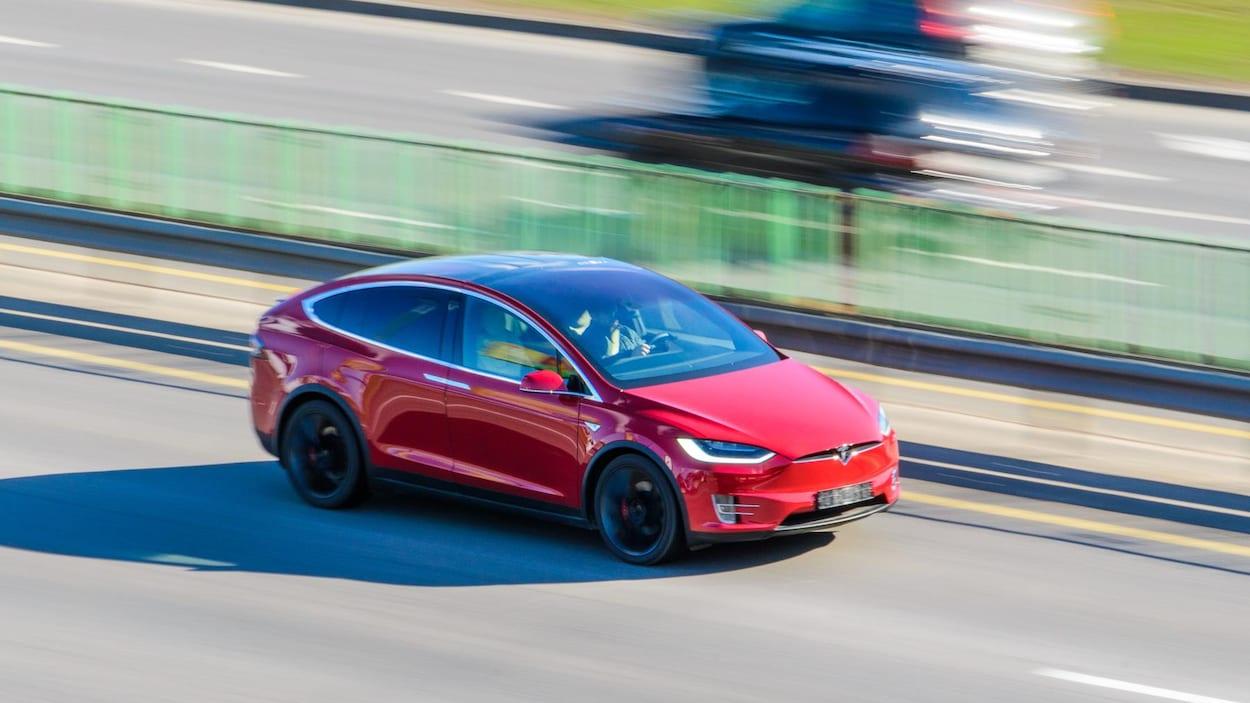Une Tesla sur la route