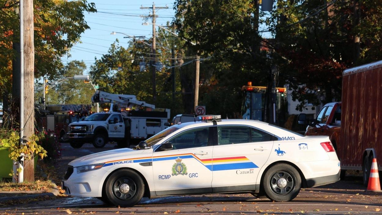 Une voiture de la GRC bloque la rue Botsford à Moncton.