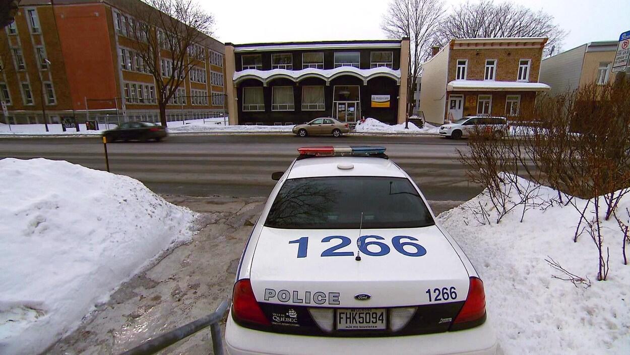 Une voiture de police stationnée devant la mosquée de la Capitale, à Québec.