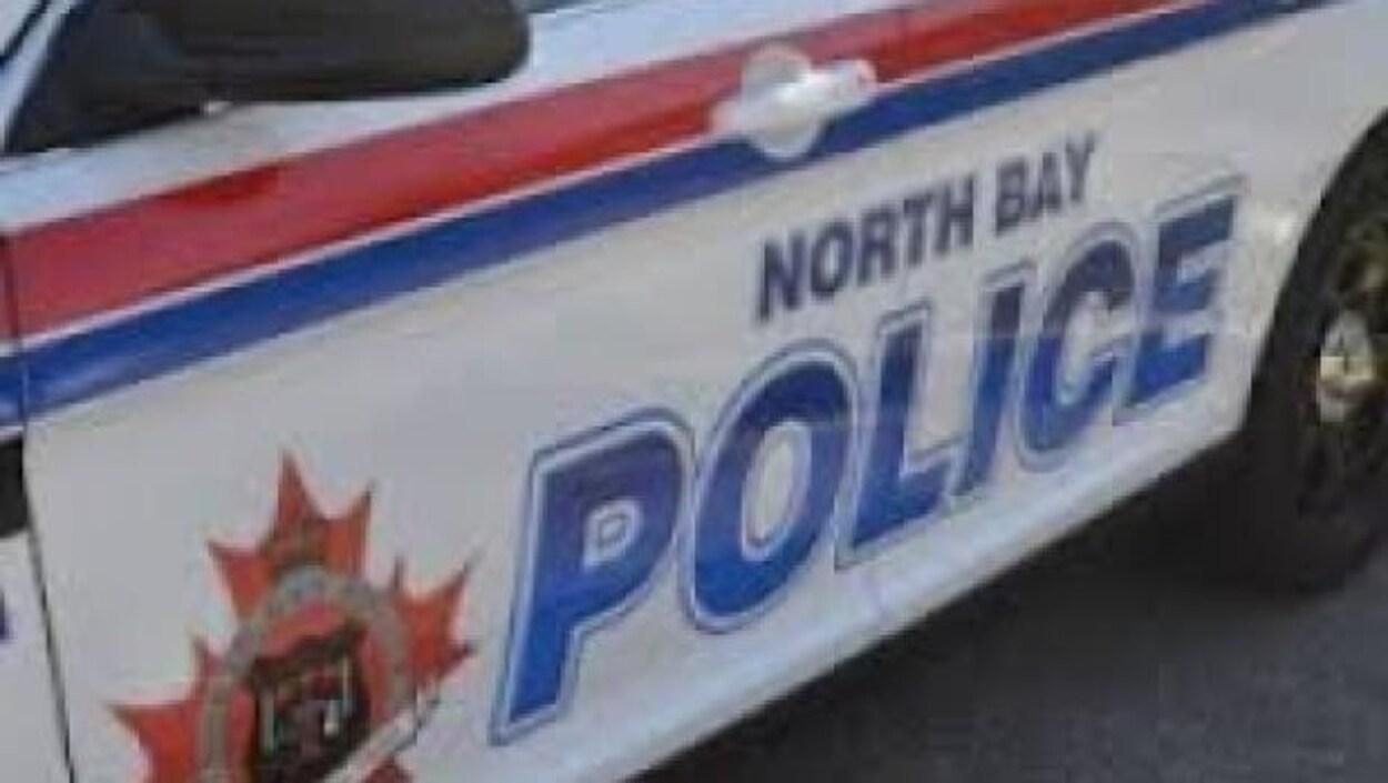 La portière côté conducteur d'une voiture de la police de North Bay.