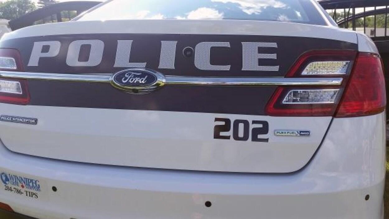 Plan serré du logo sur l'arrière du coffre d'une voiture de police de Winnipeg.