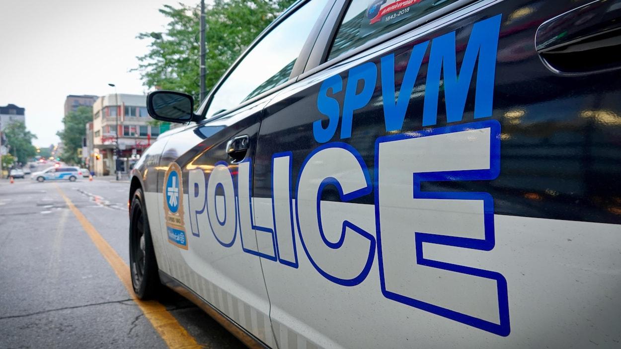 Voiture sur laquelle on voit le logo du SPVM et la mention SPVM Police.