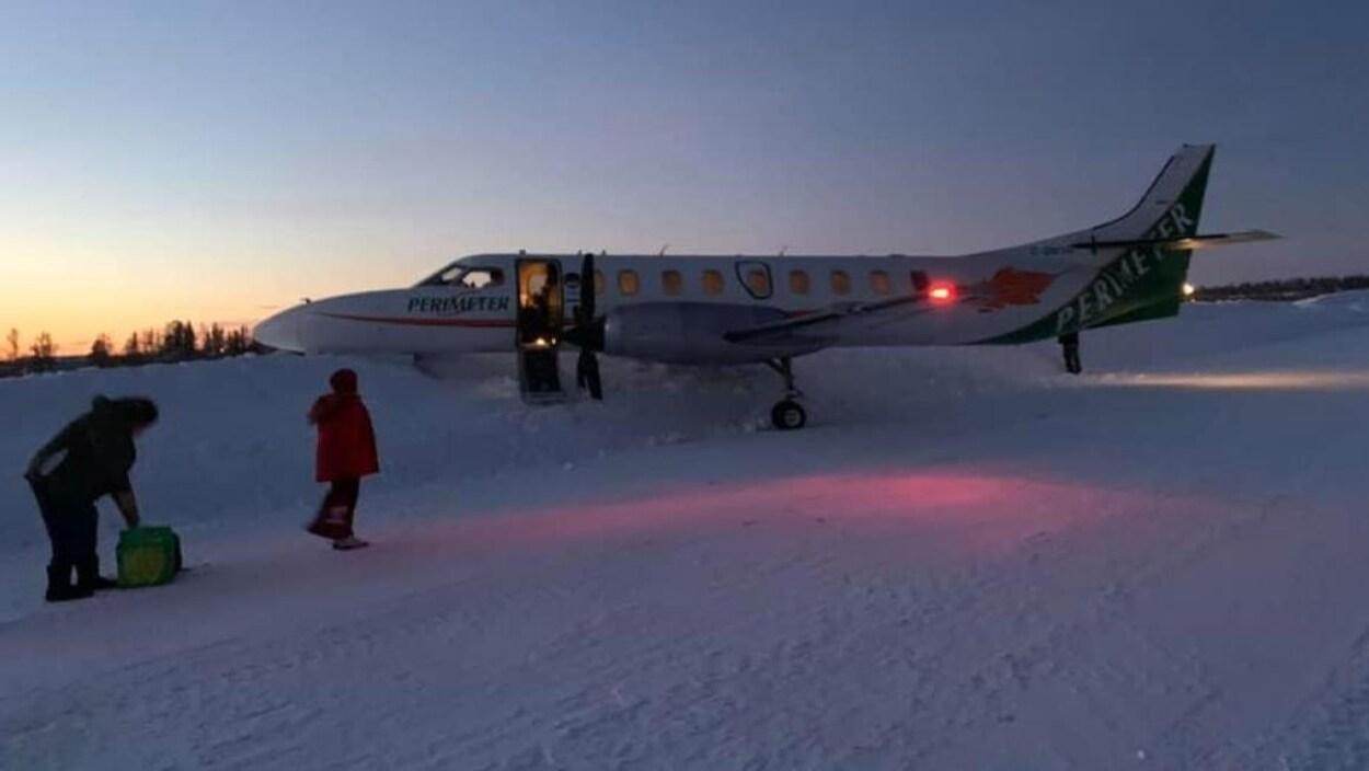 Un avion pris dans un banc de neige.