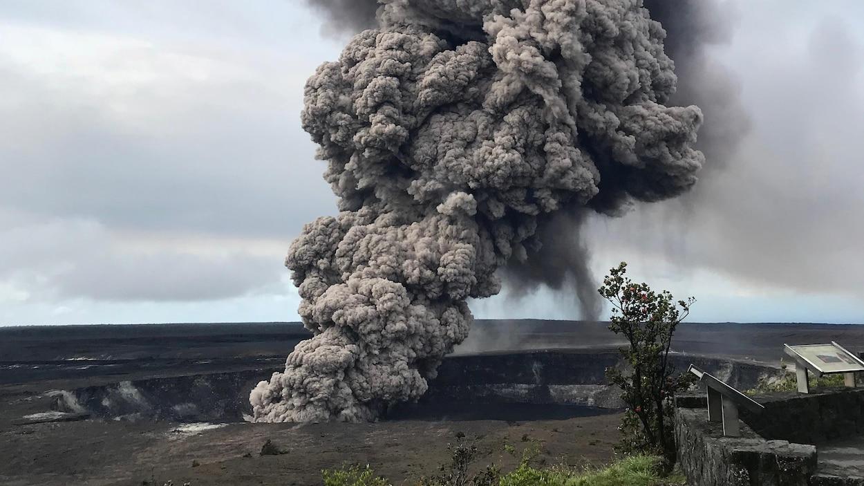 De la fumée s'échappe du cratère.