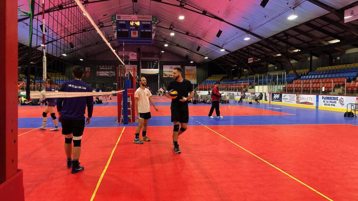 Des joueurs de volley-ball dans l'aréna d'Amqui.