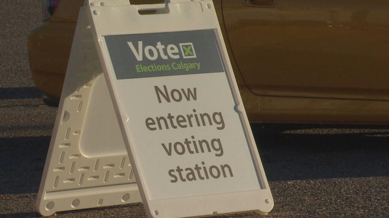 Vue sur une pancarte installée dans la rue indiquant aux Calgariens où aller voter.