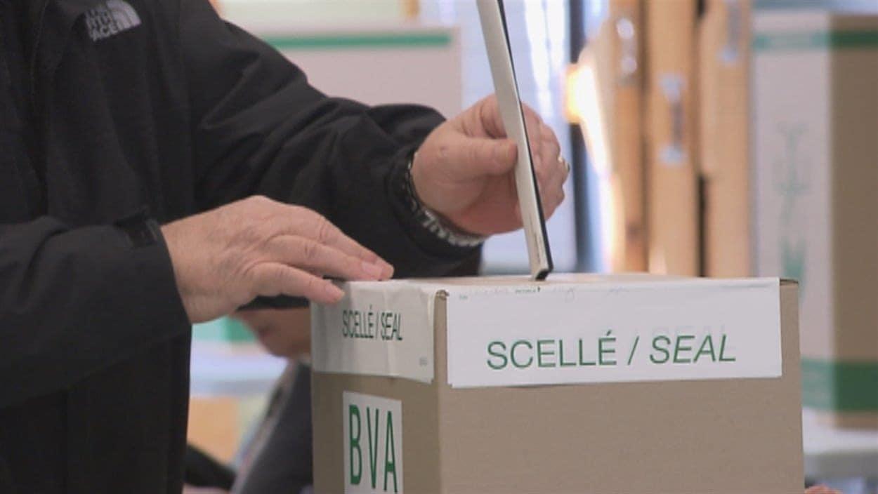 Un électeur vote.