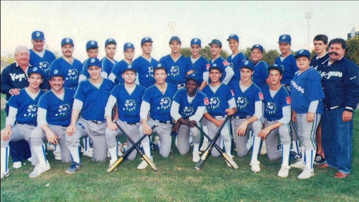 Des joueurs de baseball sont rassemblés sur le terrain pour s'y faire photographier.