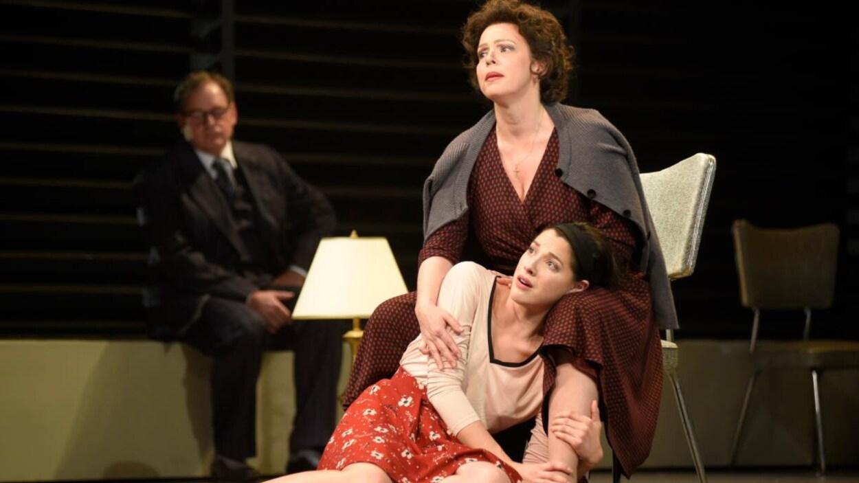 Maude Guérin et Mylène St-Sauveur dans la pièce « Vu du pont » au TNM