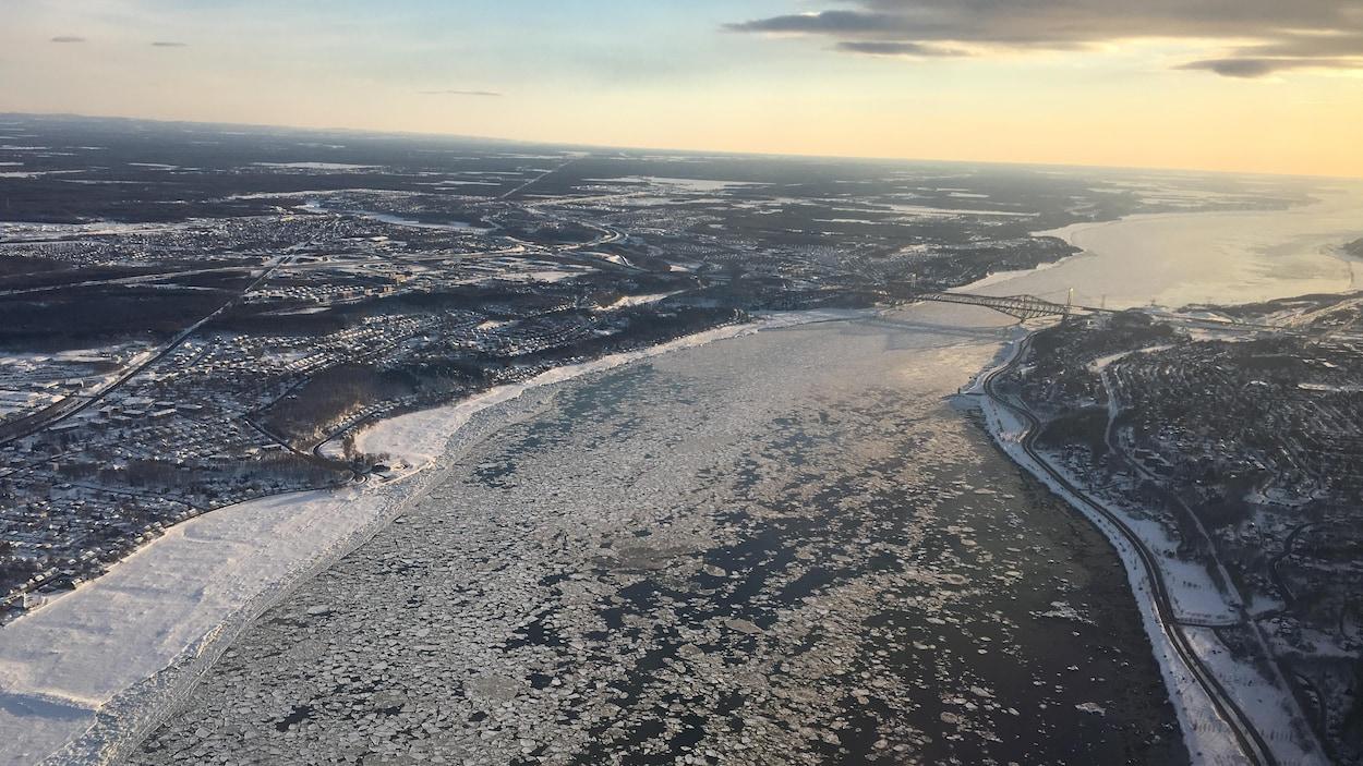 Vue aérienne du fleuve St-Laurent entre Lévis et Québec.