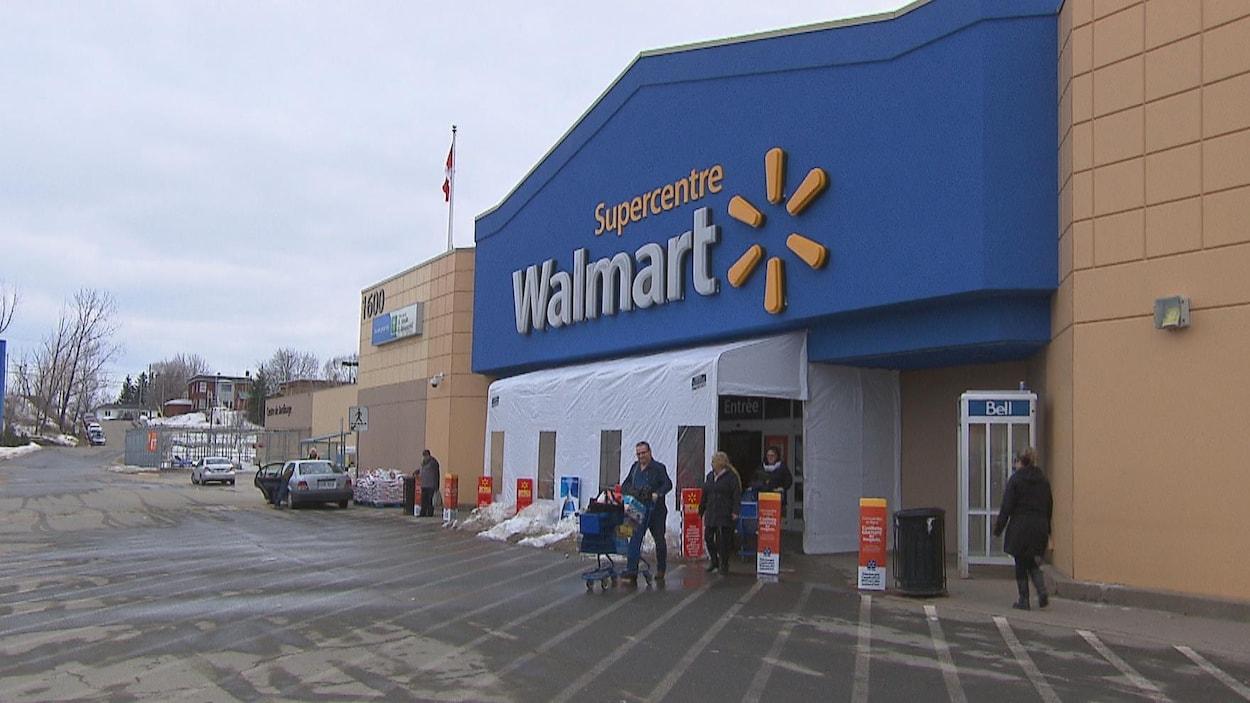 Des clients sortent du magasin Walmart à Shawinigan