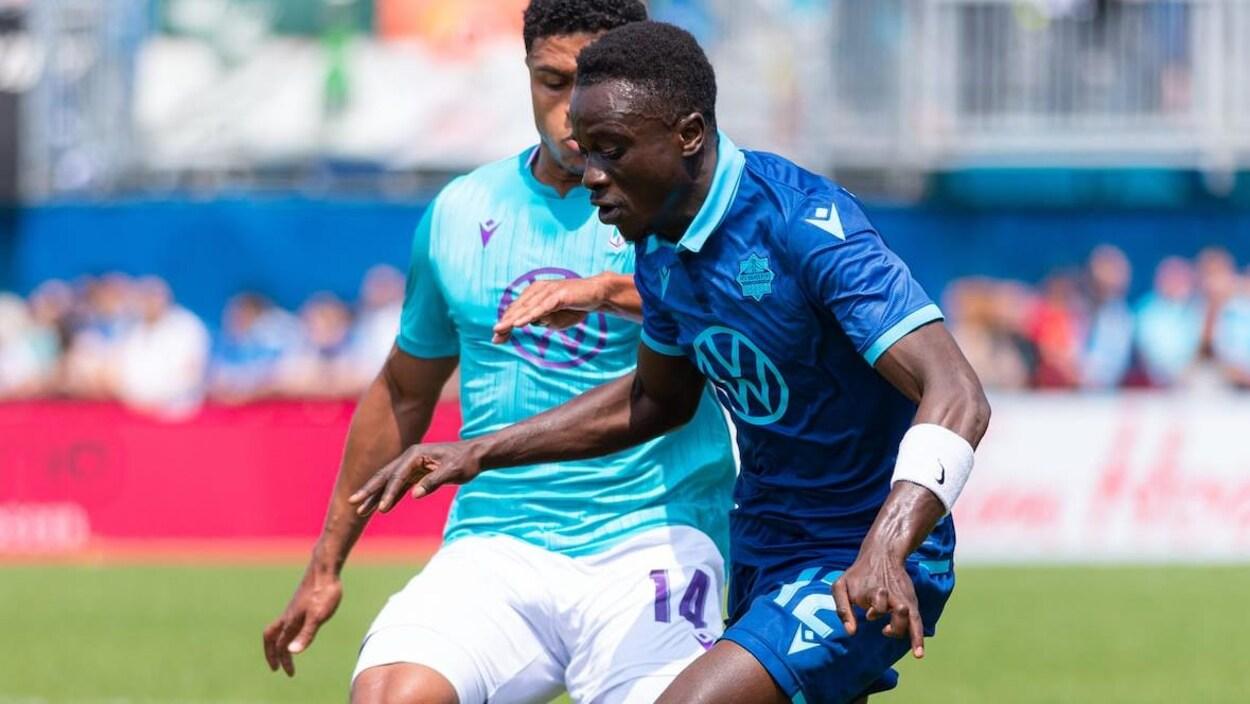 Mohamed Kourouma (à droite) des Wanderers d'Halifax et Terran Campbell (à gauche) du Pacific FC, le 1er juin.