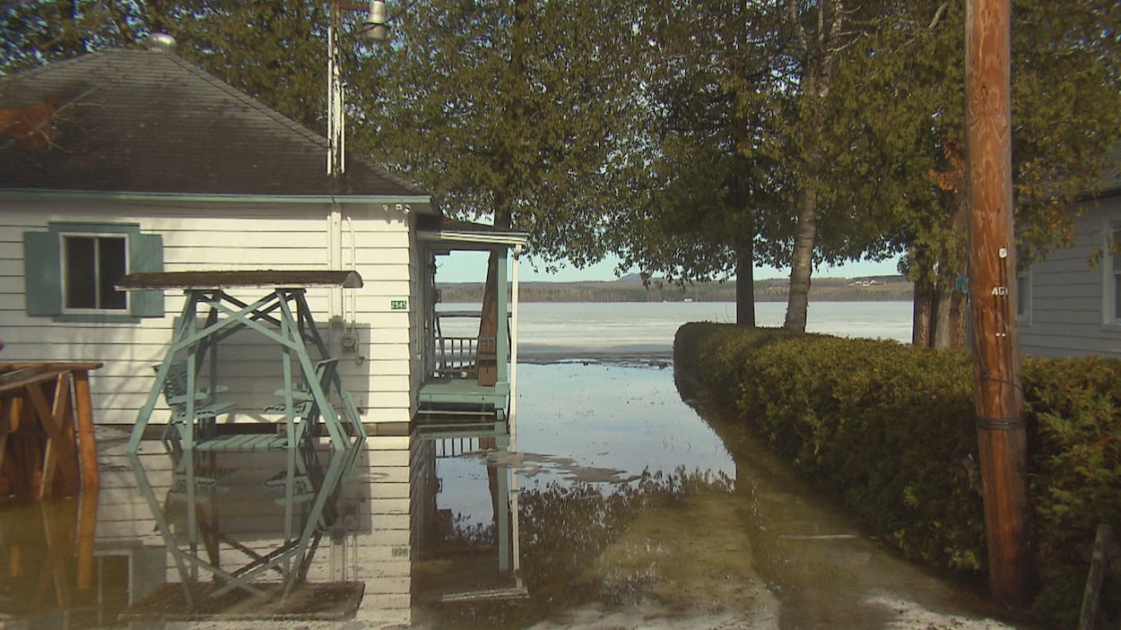 Bien que le niveau du lac Louise est en baisse, plusieurs maisons demeurent isolées en raison de de la crue printanière.