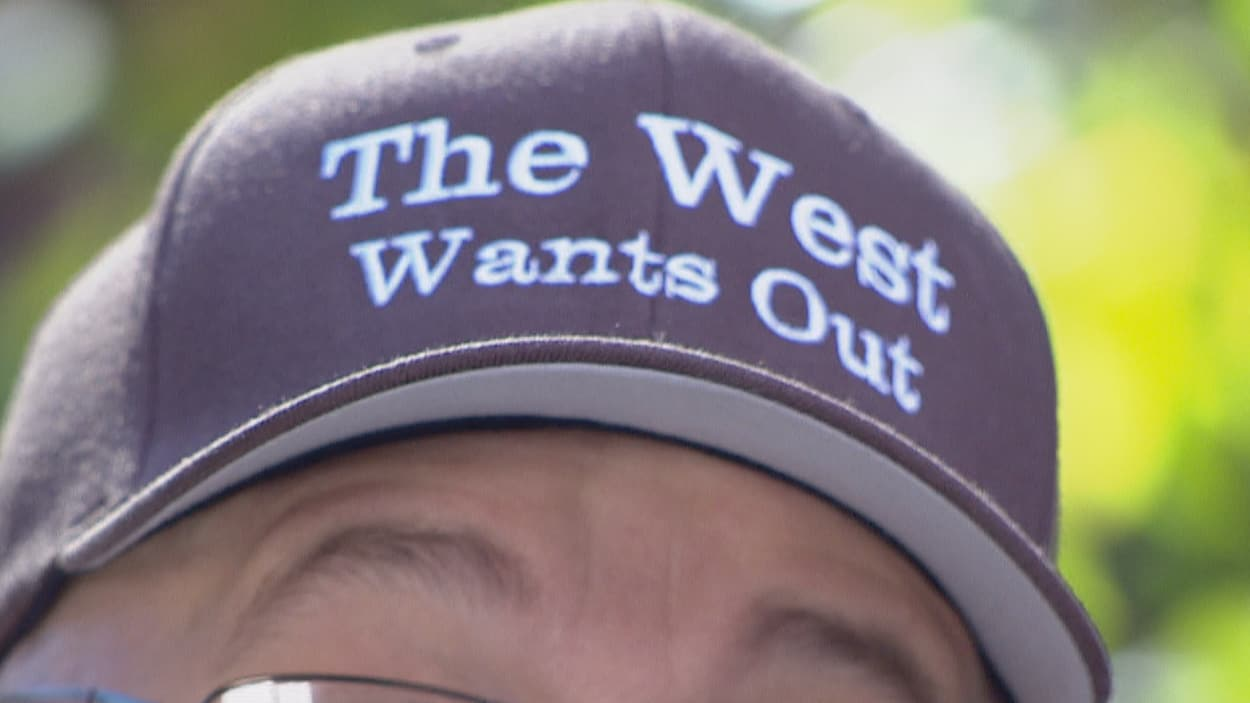 Une casquette avec la mention « The West wants out ».