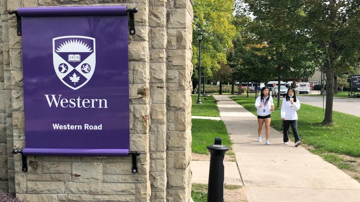 Deux étudiantes qui marchent au campus de l'Université Western.