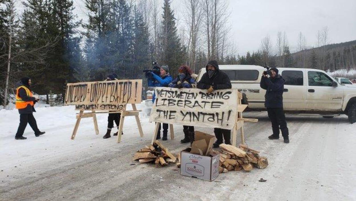Des opposants au gazoduc bloquant la route aux policiers.
