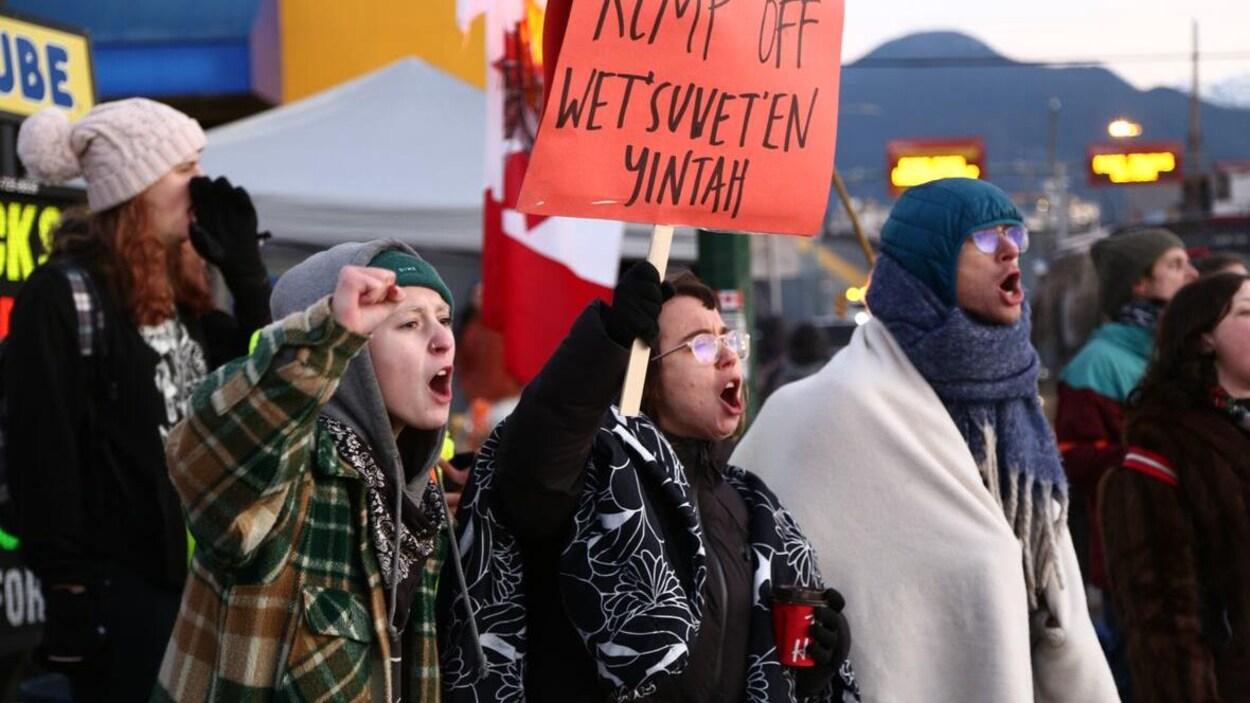 Des manifestants occupent un port de Vancouver.