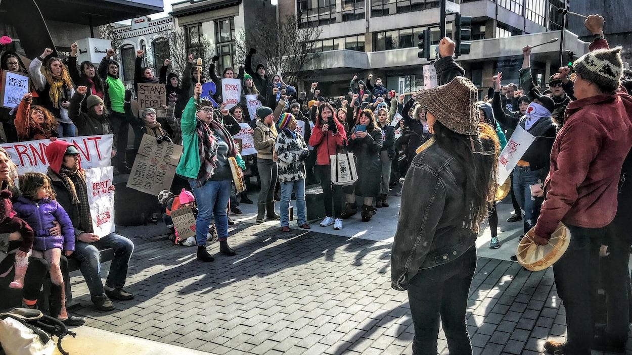 Des manifestants à Victoria, en C.-B.