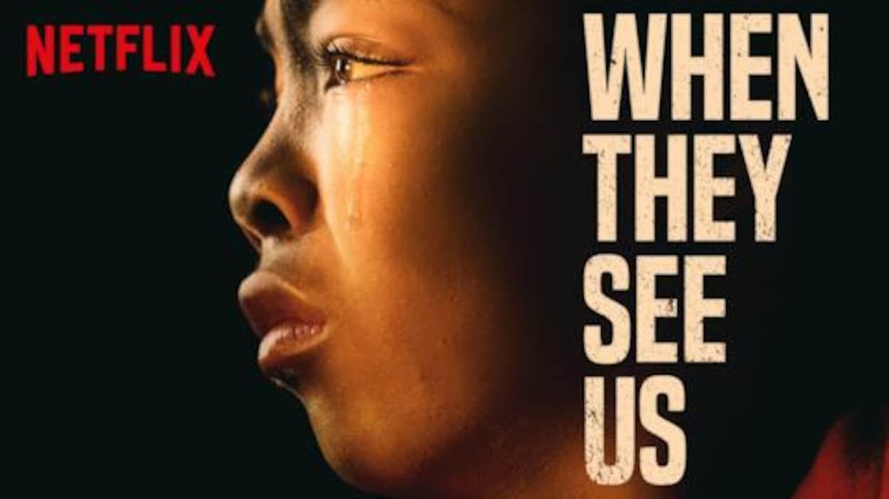 L'affiche promotionnelle de la série « Dans leur regard » montre le visage d'un jeune homme, de profil, avec une larme qui coule sur sa joue.