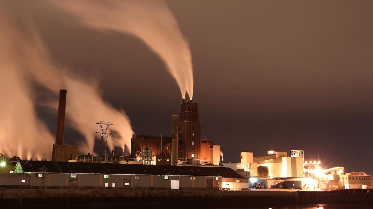 L'usine Papiers White Birch dans le port de Québec par un soir de novembre. L'exposition longue permet de voir les panaches de fumée dessiner de longs traits ondulés.