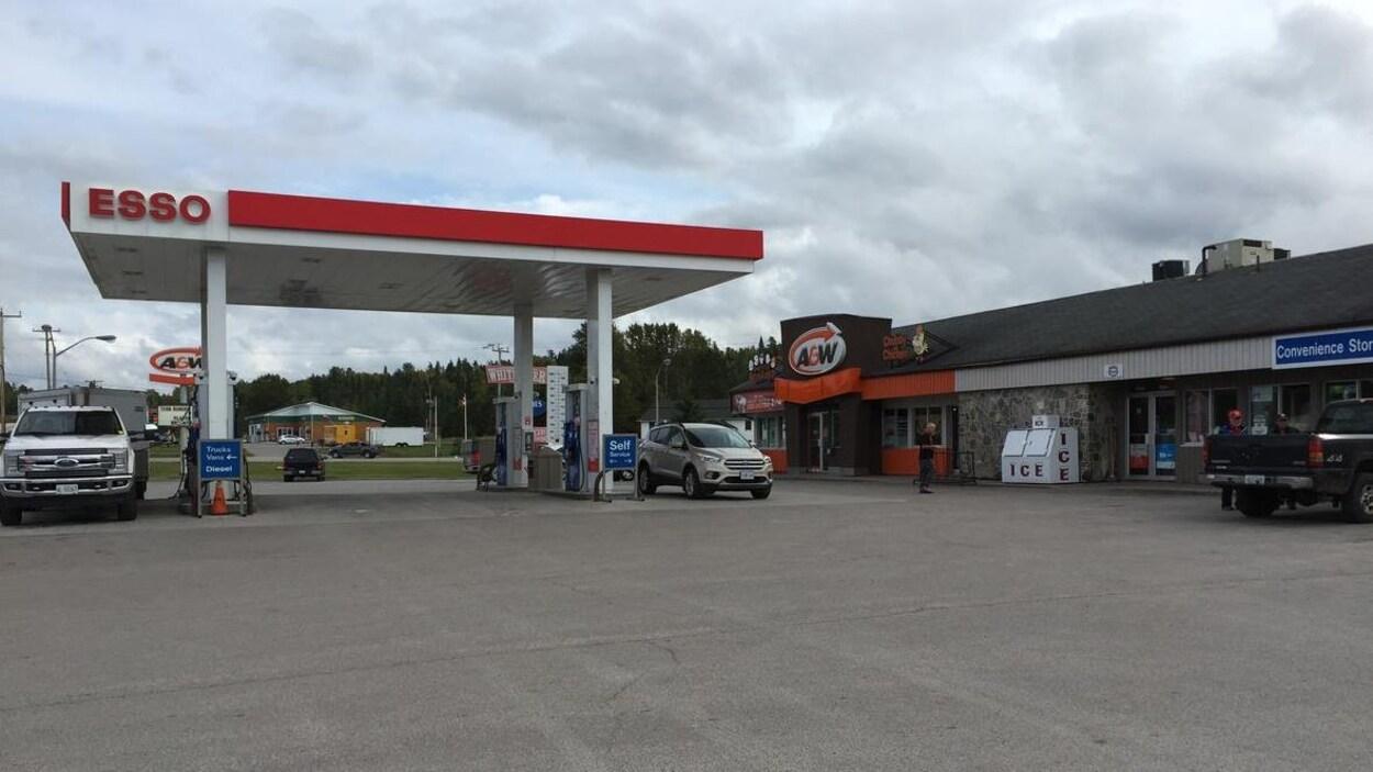Un station essence à White River.