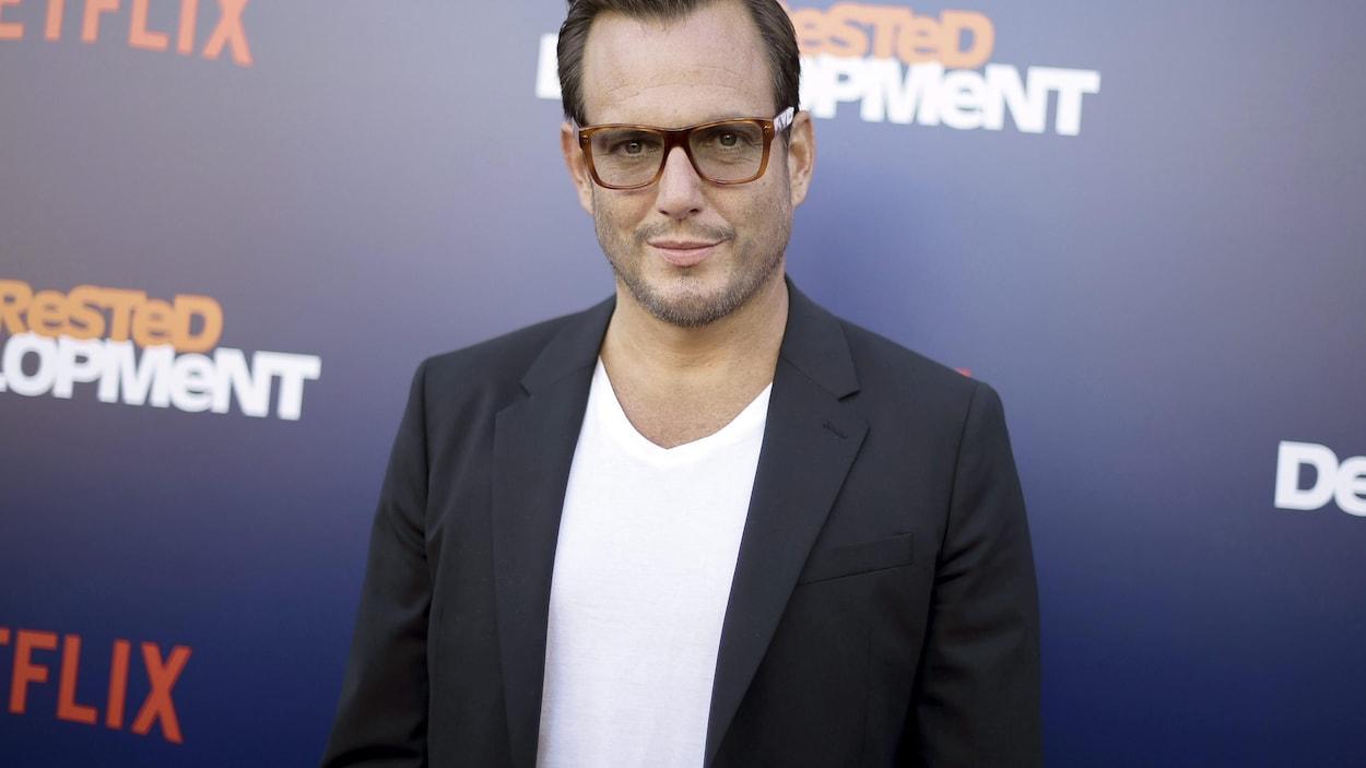 Une homme avec des lunettes