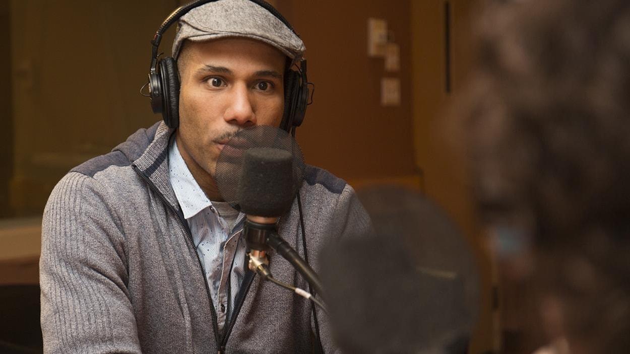 Le militant Will Prosper, au micro de l'émission Médium large, dans les studios de Radio-Canada