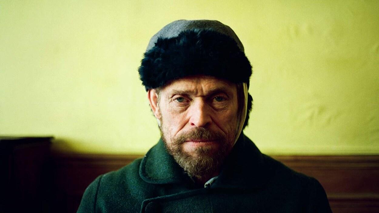 L'homme porte un bandage sur une oreille et un bonnet.