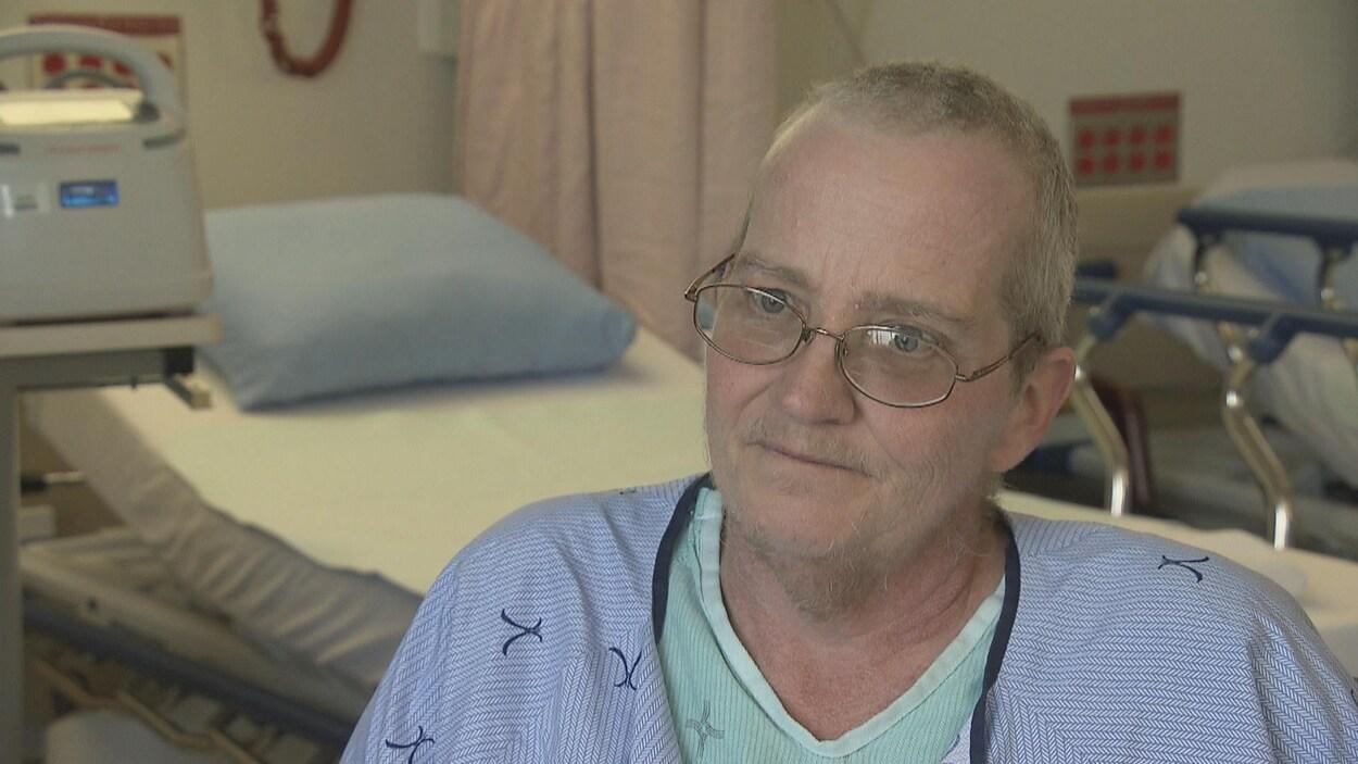 William Morissette se trouve à l'hôpital pour accorder une entrevue